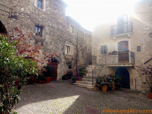 Castelvecchio Calvisio la piazza di una volta nelle mura in Abruzzo